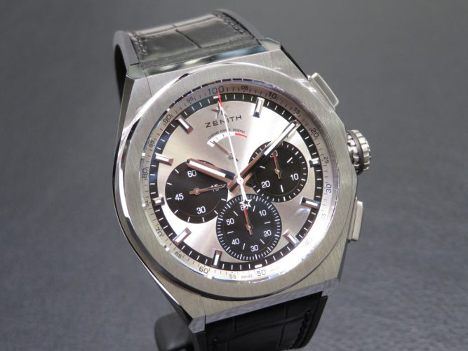 The silver and black contrasting dials have strong and practical functions.