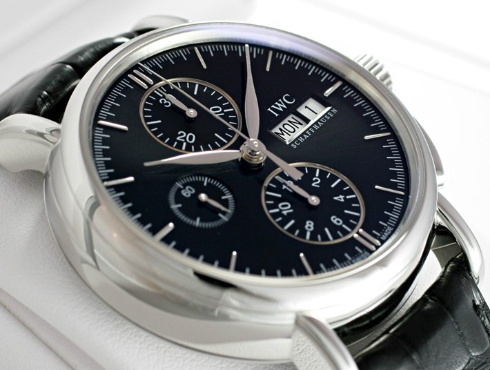 The black leather strap matches the black dial excellently.