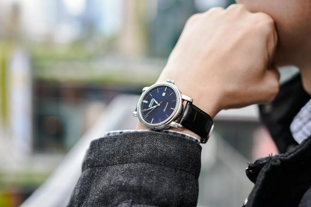 The hands and hour markers are striking to the blue sunray dial, offering great legibility.
