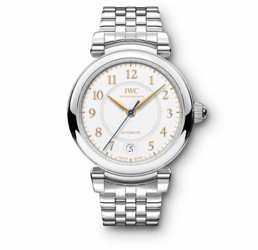 The light brown hands and hour markers are striking on the silver dial, guaranteeing the ultra legibility.