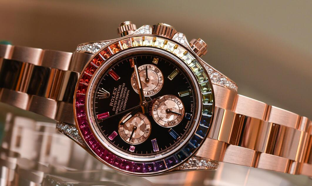 The highlight of this Rolex Daytona must be the colorful gemstones with a hue of rainbow.
