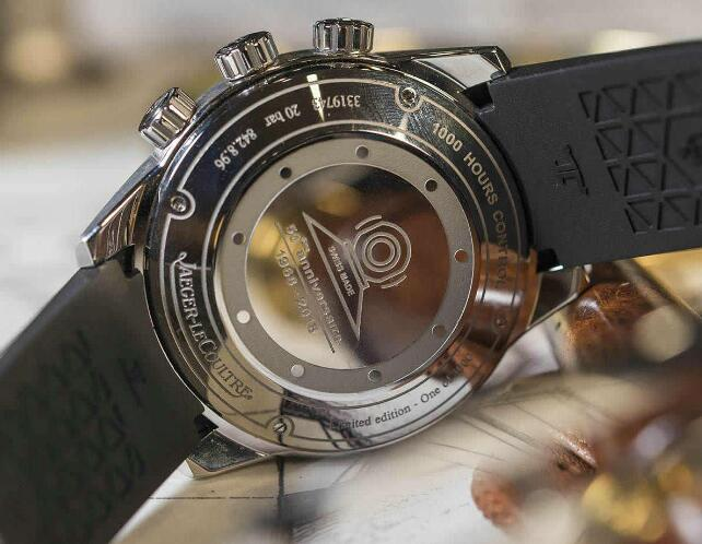 The exclusive symbol of Memovox has been engraved on the caseback.