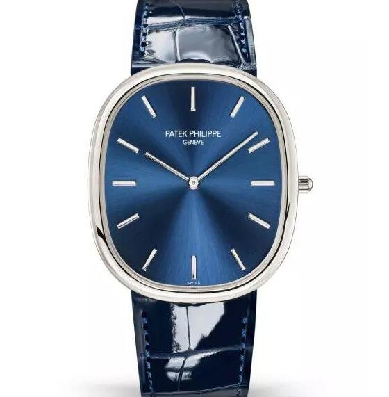 The bright blue leather strap matches the blue dial excellently.