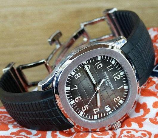 The black rubber strap offers great comfort for the wearers.