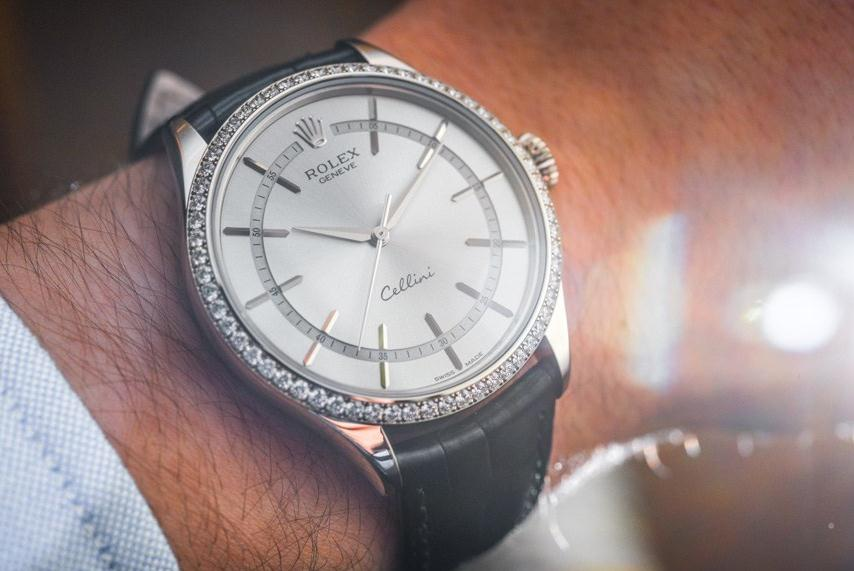 The black leather straps copy watches have silvery dials.