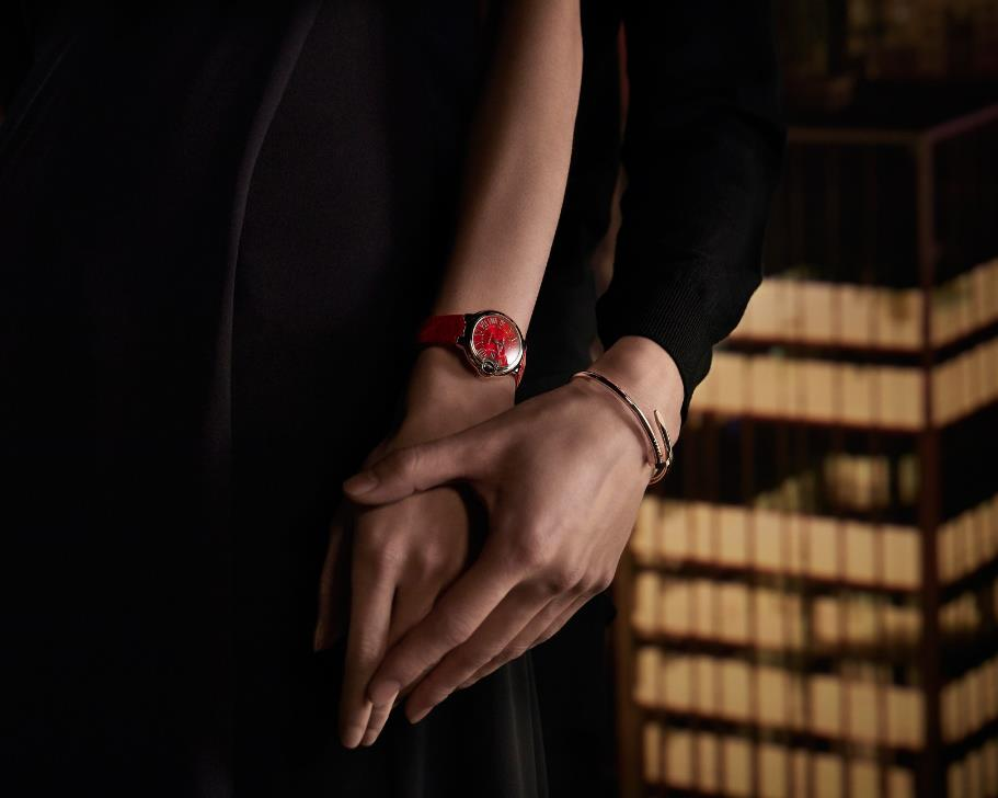 The female fake watches are in red.